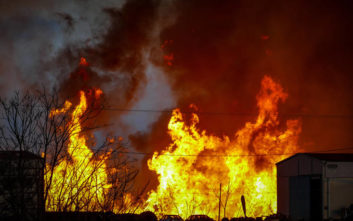 Στο νοσοκομείο ένα άτομο από την πυρκαγιά στο εργοστάσιο ξυλείας