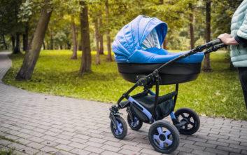 Δεν μπορείτε να φανταστείτε ποιος έσπρωχνε το πρώτο καροτσάκι μωρού!