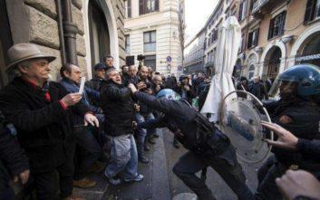 Πετροπόλεμος και φωτιές στο Τορίνο