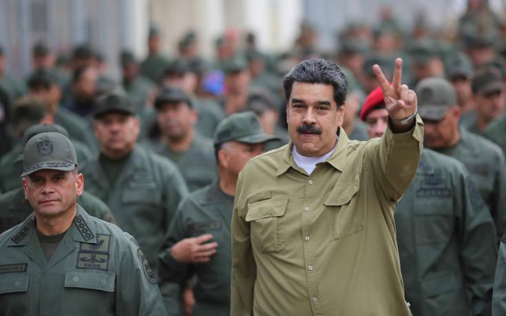 Ο Μαδούρο εξετάζει στρατιωτική «ανάπτυξη» στα σύνορα με την Κολομβία
