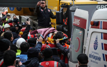 Έβγαλαν ζωντανό 16χρονο από τα ερείπια της πολυκατοικίας στην Κωνσταντινούπολη