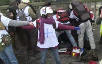 Σοκαρισμένη η Γαλλία από τον φρικιαστικό τραυματισμό του διαδηλωτή των «κίτρινων γιλέκων»