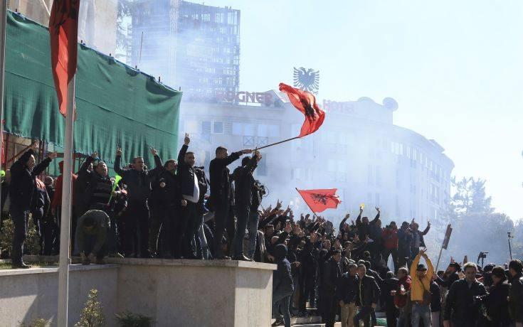 Δακρυγόνα, αντλίες νερού και τραυματίες έξω από το κτίριο της αλβανικής κυβέρνησης