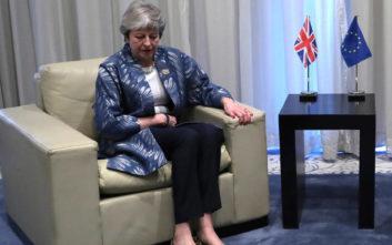 Brexit: Η Μέι δεν πρόκειται να αποχωρήσει αν δεν ολοκληρώσει τη διαδικασία