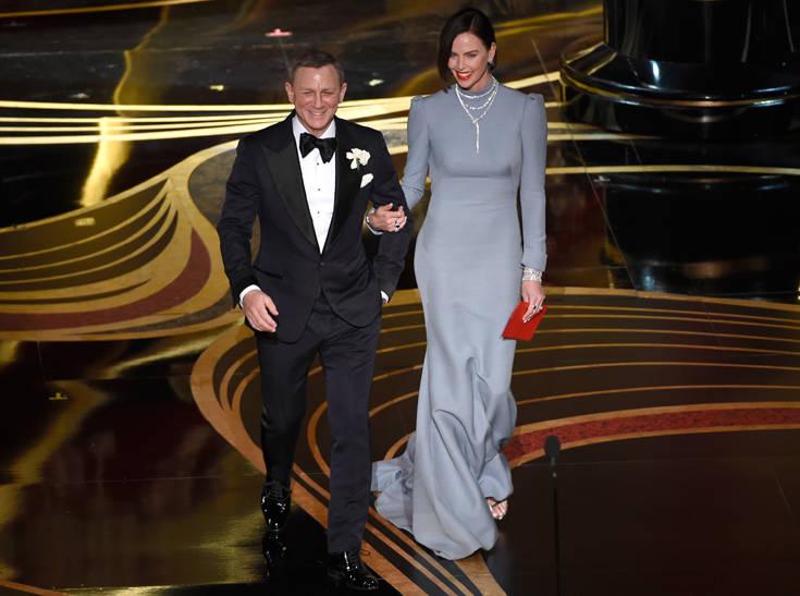 Με γυαλιστερό ασημί φόρεμα που αγκάλιαζε τις πληθωρικές καμπύλες της  εμφανίστηκε η λατίνι σταρ Τζένιφερ Λόπεζ. 669f0b94260