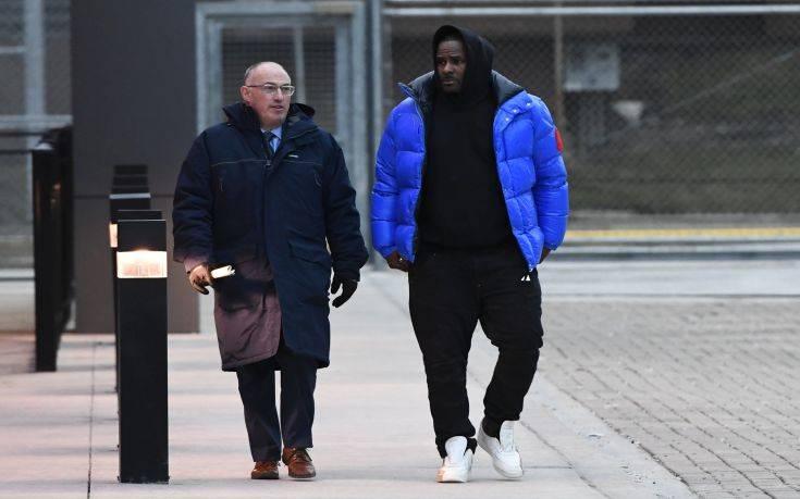Ελεύθερος ο τραγουδιστής R. Kelly που κατηγορείται για σεξ με ανήλικες