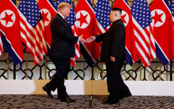 Η χειραψία του Ντόναλντ Τραμπ με τον Κιμ Γιονγκ Ουν
