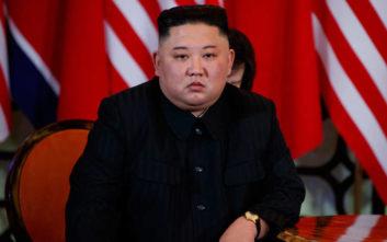 «Ο Κιμ Γιονγκ Ουν δεν μπορεί να σηκωθεί μόνος του ή να περπατήσει κανονικά»