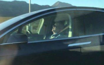 Ο οδηγός έχει κλείσει τα μάτια του και το Tesla πηγαίνει στον αυτόματο πιλότο