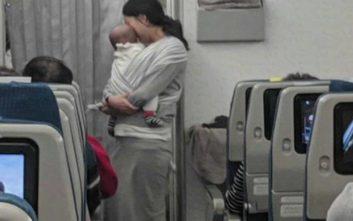 Η πρωτότυπη κίνηση μιας μητέρας που είχε μαζί της το μωρό στην πτήση
