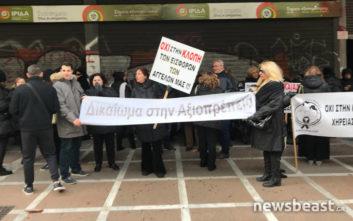 Διαμαρτυρία διαρκείας από συζύγους θανόντων έξω από το υπουργείο Εργασίας