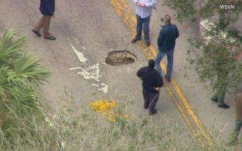 Η λακκούβα στο οδόστρωμα έκρυβε.. ένα τούνελ προς μια τράπεζα