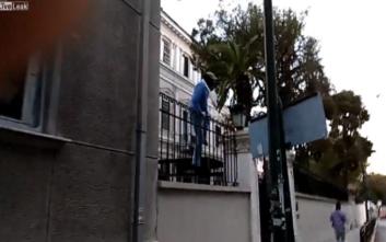 Η στιγμή της επίθεσης του Ρουβίκωνα στην Ιταλική πρεσβεία