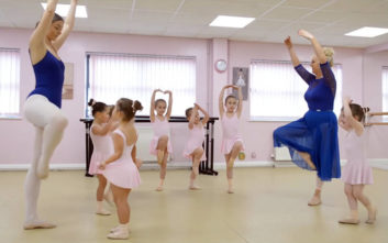 3f857b6e3b0 Δασκάλου χορού τα βλέπει όλα... διπλά με τα 4 ζευγάρια διδύμων στην τάξη της