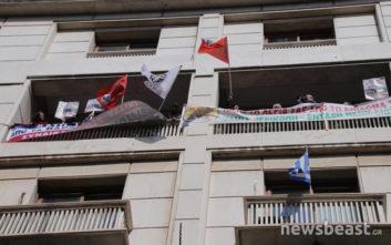Η ΠΟΕ-ΟΤΑ κρέμασε πανό στα μπαλκόνια του υπουργείου Οικονομικών