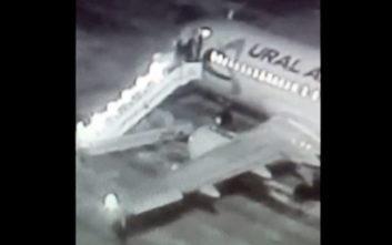 Η τρομακτική στιγμή που καταρρέει η σκάλα την ώρα που οι επιβάτες ανεβαίνουν σε αεροπλάνο