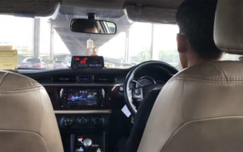 Χαλαρά και όμορφα απολάμβανε την τηλεόρασή του ο… ταξιτζής