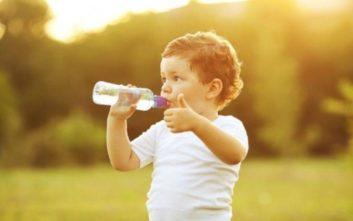 Πόσο νερό πρέπει να πίνουν καθημερινά τα παιδιά