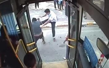 Μοτοσικλετιστής και οδηγός λεωφορείου έλυσαν τις διαφορές τους με… αδιανόητο ξύλο