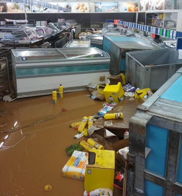 Εικόνες ολικής καταστροφής σε σούπερ μάρκετ στην Κρήτη λόγω κακοκαιρίας