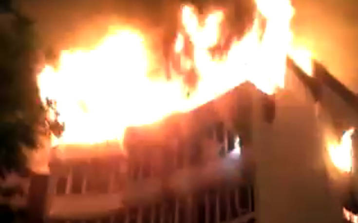 Άνθρωποι πηδούσαν από τα παράθυρα για να σωθούν από τη φωτιά στην Ινδία