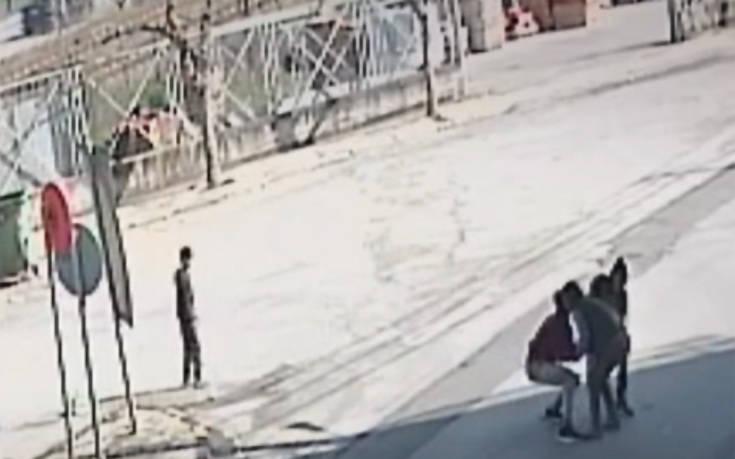 Η στιγμή που πέντε αγόρια ληστεύουν γυναίκα μέσα στη μέση του δρόμου στη Θήβα