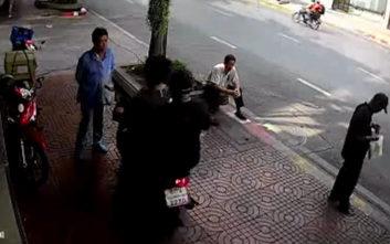 Του είπε να μην οδηγεί στο πεζοδρόμιο και γύρισε για να τον πατήσει