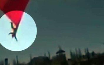 Τεράστια σημαία «κατάπιε» στρατιώτη και μετά τον… πέταξε από ύψος 7 μέτρων