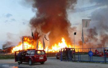 Σε εξέλιξη η φωτιά στο εργοστάσιο ξυλείας