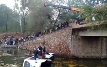 Με γερανό σώθηκαν οι επιβάτες λεωφορείου που βρέθηκε στο νερό