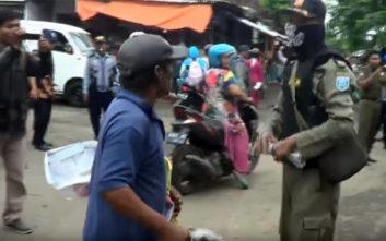 Οργισμένος πλανόδιος πωλητής τα βάζει με την αστυνομία γιατί διέλυσε τον πάγκο του