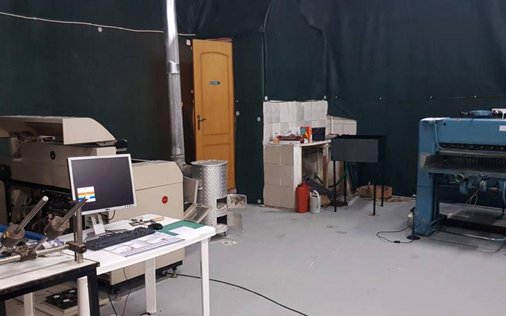 Μέσα στο εργαστήριο σπείρας που έφτιαχνε πλαστά δολάρια στη Θεσσαλονίκη