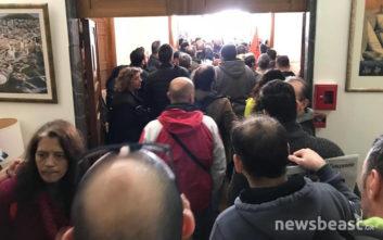 «Εισβολή» των απεργών της ΠΟΕ-ΟΤΑ σε παράρτημα του υπουργείου Οικονομικών