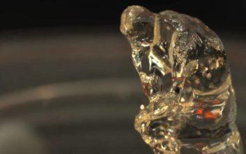 Τρισδιάστατος εκτυπωτής φτιάχνει αντικείμενα, χρησιμοποιώντας ακτίνες φωτός