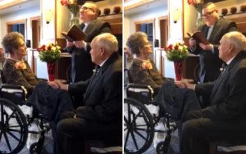 Της έκανε πρόταση γάμου μετά από… 35 χρόνια