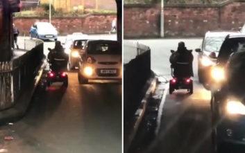 Άντρας με αναπηρικό αμαξίδιο μπήκε ανάποδα σε μονόδρομο