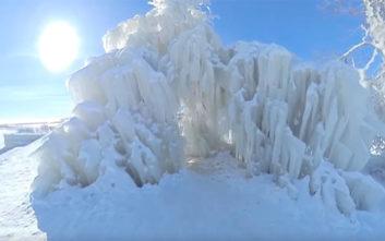 Ένα παγωμένο δέντρο προσφέρει υπέροχες εικόνες φυσικού μεγαλείου