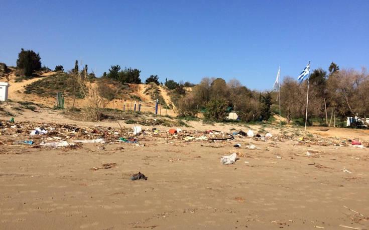 Απέραντοι σκουπιδότοποι οι παραλίες των Χανίων μετά την κακοκαιρία