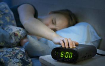 Τι έχει να πει νευροεπιστήμονας σε όσους νιώθουν στρεσαρισμένοι όταν χτυπά το ξυπνητήρι