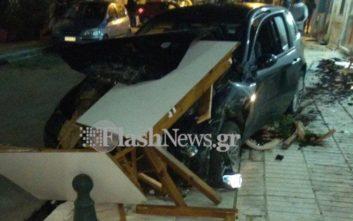 Αυτοκίνητο παρέσυρε τραπέζια και καρέκλες ταβέρνας μετά από τροχαίο