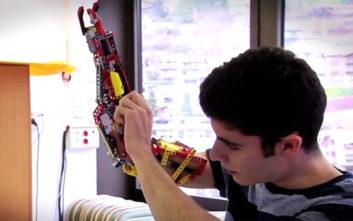 Ο 19χρονος Ισπανός που έφτιαξε το προσθετικό χέρι του από τουβλάκια Lego