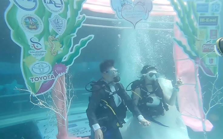 Τα ζευγάρια που παντρεύονται σε υποβρύχιες τελετές