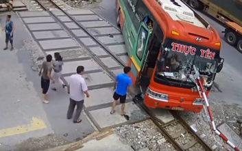 Λεωφορείο έπεσε πάνω στις μπάρες του τρένου την ώρα που αυτές κατέβαιναν
