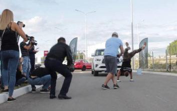 Ρώσος σέρνει αυτοκίνητο κάνοντας κατακόρυφο