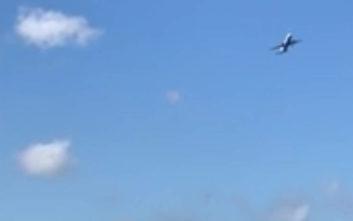 Η τρομακτική πτήση αεροσκάφους πάνω από το Γιβραλτάρ