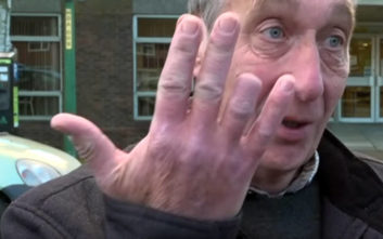 Έριξε το γράμμα στη θυρίδα και… έχασε ένα δάχτυλο