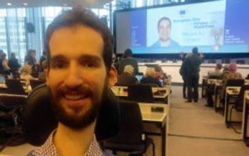 Στέλιος Κυμπουρόπουλος, ο σημαιοφόρος με αμαξίδιο που διεκδικεί θέση στην Ευρωβουλή
