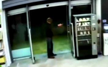 Βίντεο ντοκουμέντο από τη ληστεία στο κατάστημα ηλεκτρικών ειδών στην Ηλιούπολη