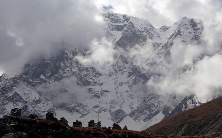 Οι πάγοι στο Έβερεστ λιώνουν και αποκαλύπτουν πτώματα ορειβατών