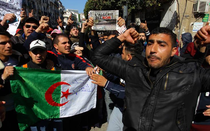 Χιλιάδες άνθρωποι διαδηλώνουν στο Αλγέρι ενάντια στον πρόεδρο της χώρας 8f150466095